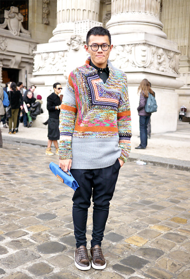 Amazing knit and blue clutch | Streetstyle