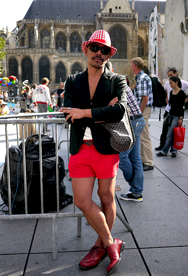 Red shorts for him · Paris Fashion Week · Streetstyle